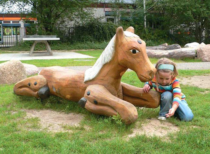 Liggend paard, manen uit hout